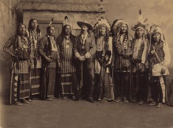 William F. (Buffalo Bill) Cody (centre) avec des Scouts Pawnee et des chefs Sioux de la troupe Buffalo Bill's Wild West.